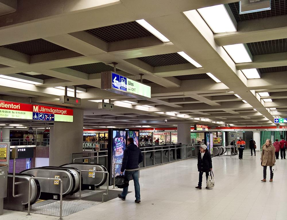 Rautatientorin metroaseman uusi valaistus.