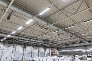 Uudet LED-valaisimet vaihdettavalla valonlähteellä logistiikkakeskuksessa.